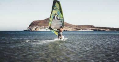Surfer im Mittelmeer
